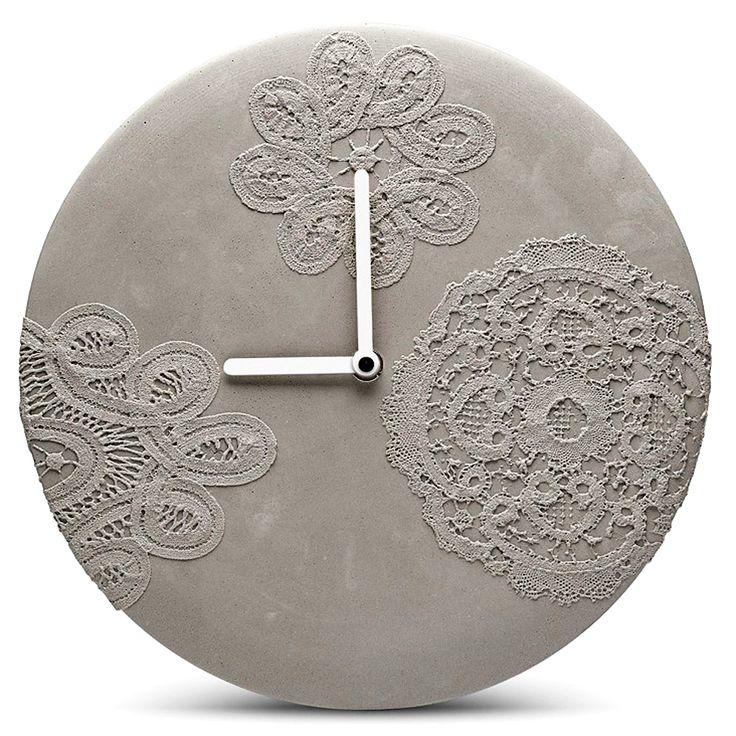 Béton horloge murale avec les empreintes de dentelle délicate Bruxelles par MenschMade