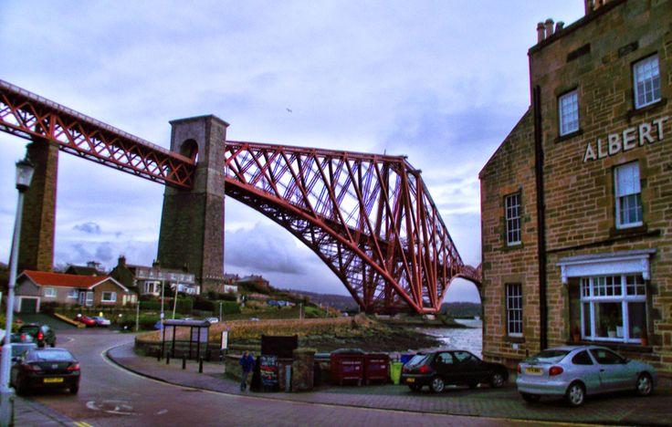the bridge is red becuse Im not daltonic any longer