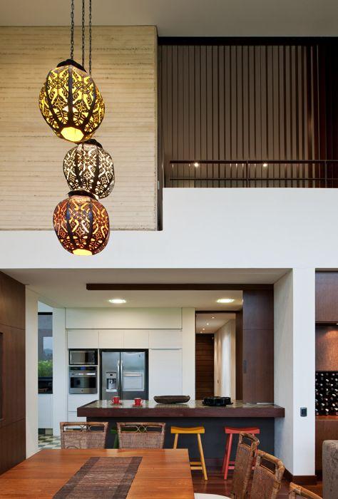 Bogotá -  Colombia. Casa  en  el Campo. Lámparas orientales cuelgan del cielo raso que se levanta a seis metros de altura sobre el comedor y la sala.