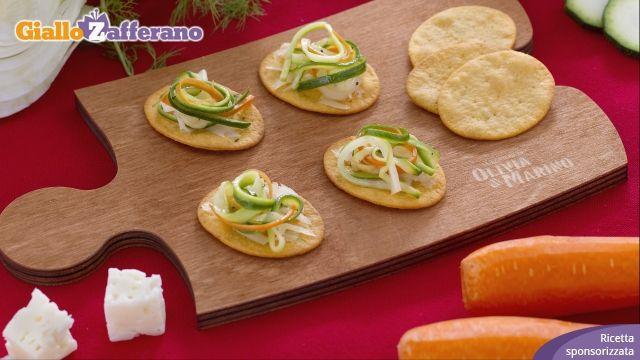 le SPIANATINE CON JULIENNE DI VERDURE E ASIAGO sono un leggero antipasto a crudo a base di #verdure e #formaggio. Qui la #ricetta: http://ricette.giallozafferano.it/Spianatine-con-julienne-di-verdure-e-Asiago.html #GialloZafferano #fingerfood #aperitivo #zucchine #asiago