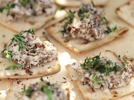 Snittar med kantareller på rostat tunnbröd. Supergott som plockmat eller tilltugg till drinken.