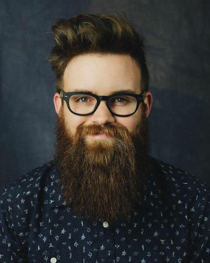 estilo-de-barba-larga-hombre-con-gafas-ojos-azules-pelo-bien-cortado-camisa-azul