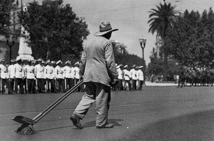 1939 Plaza de Mayo. Barrendero municipal. (Al fondo listos para un desfile militar)