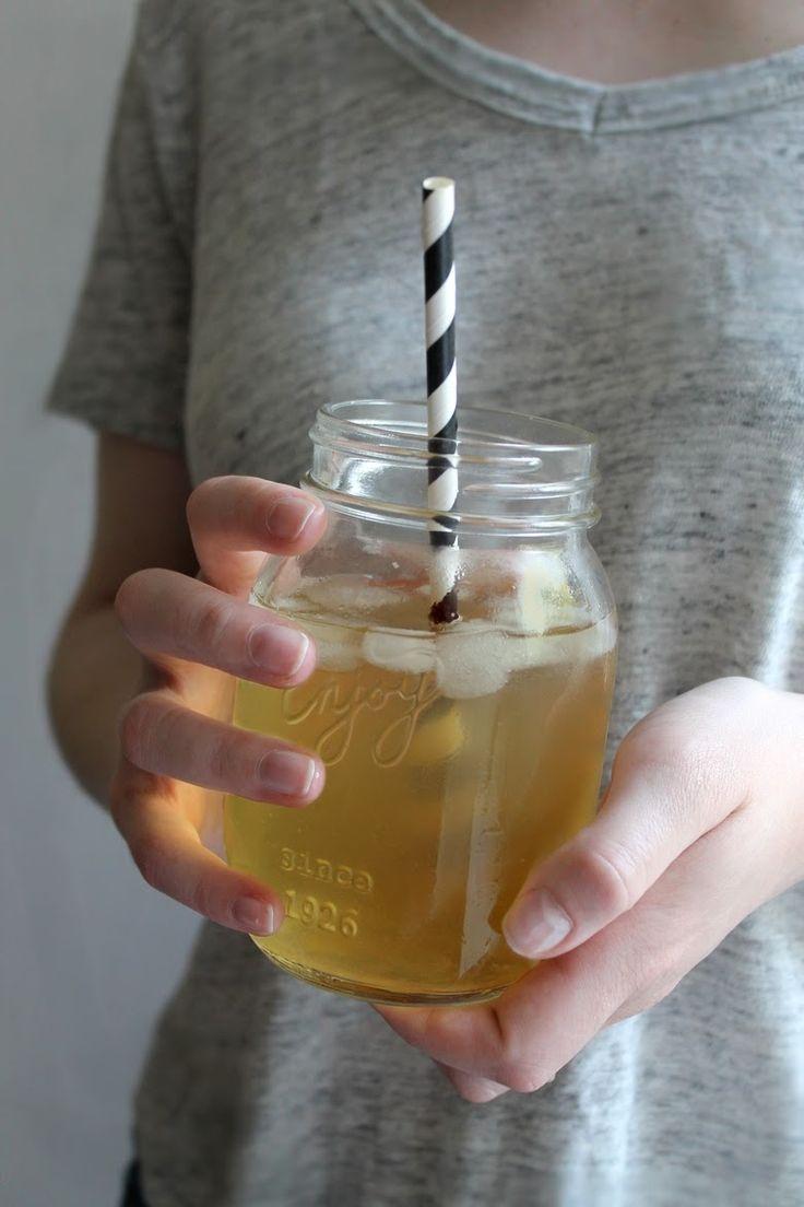 THÉ GLACÉ MAISON : version1:  thé vert+feuilles de menthe citron vert sirop d'agave v2: thé blanc +sirop de fleurs de sureau ou d'oranger ou d'abricot, de pèche, v3: thé noir sirop caramel ou réglisse ou anis ou angostura  v4: thé rouge  sirop d'orange de pèche ou caramel