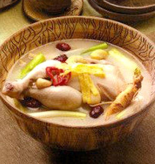 【韓国伝統宮廷料理 サムゲタン】ひな鶏に高麗人参、栗、ナツメ、ニンニクもち米などを詰め込んで炊き上げた韓国伝統のスープで栄養成分が凝縮しています。高麗人参は苦手という方にも抵抗なく、ご家庭でもお手軽に料理店同様の本格的な味をお楽しみいただけます。夏には食欲がなくなり冷たい物ばかり食べるようになりがちですが、本来水分と熱を補充しなければなりません。そのような時参鶏湯は正にうってつけの料理です。商品ページ→ http://kimchi-land.shops.net/item?itemid=1980