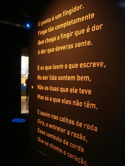 """""""O poeta é um fingidor. Finge tão completamente, que chega a fingir que é dor a dor que deveras sente."""""""