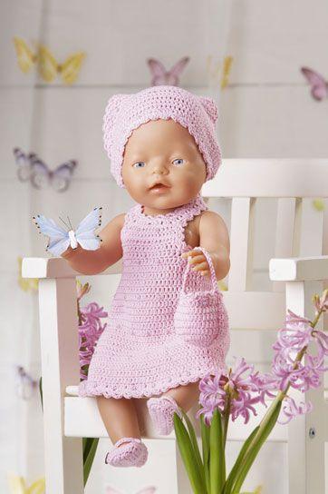 """Str.: Passer til dukker på 40-50 cm.Materialer: """"Mandarin Petit (100% bomuld, 50 g = 180 m): 100 g rosa nr. 4502. 1 knap til kjole, 2 små knapper til"""
