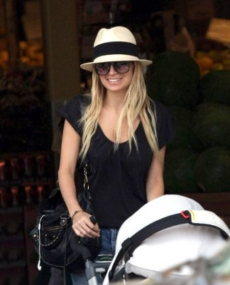 Nicole Richie sporting a totally cute fedora!  Love this!