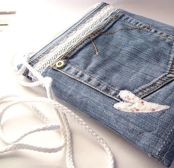 Veske av dongeri med en flott bred blonde. Et lyst hjerte med roser i lommens side på utsiden av vesken. ...
