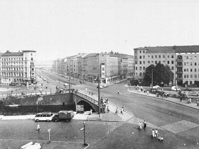 1961 Kottbusser Bruecke ueber den Landwehrkanal.Im Hintergrund Trasse der Hochbahn