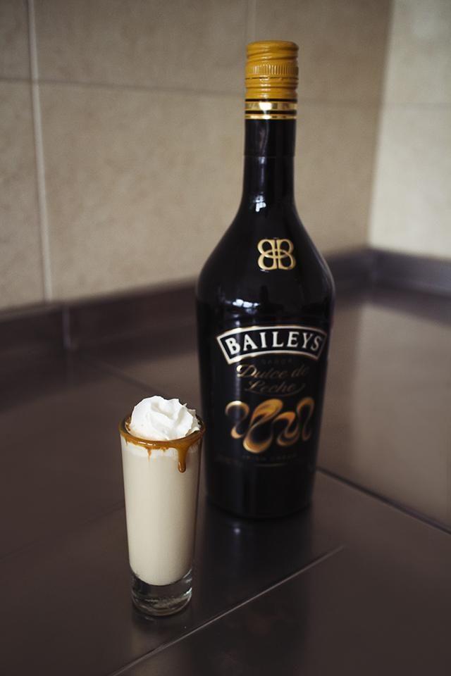 Receta: Shot de Baileys dulce de leche con vodka y crema batida.