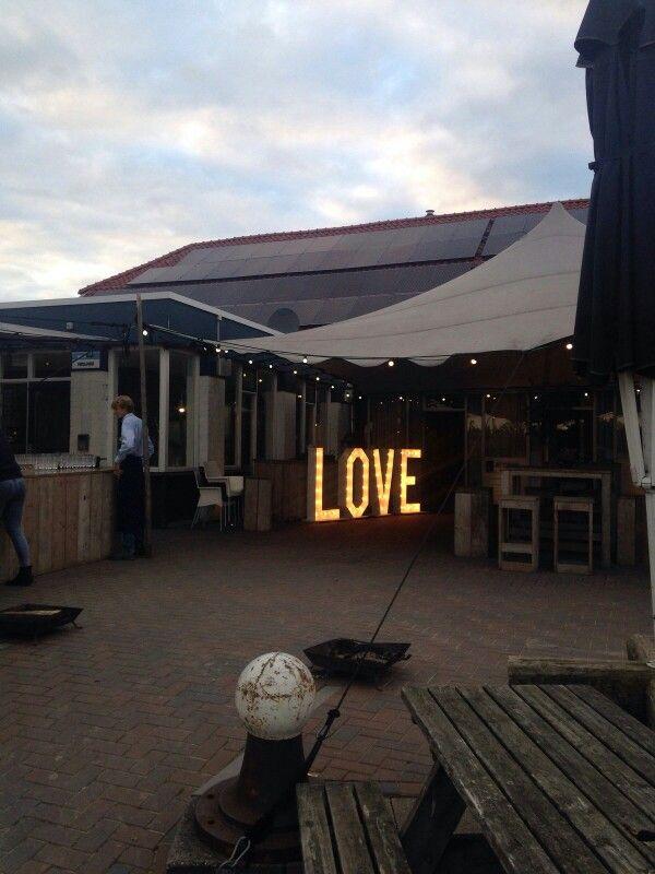 Verlichte LOVE letters op het terras geven de avond een romantische sfeer. Nu ook gewoon te huur.