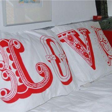 Geweldige kussenslopen bedrukt met LOVE in decoratieve Victoriaanse letters. Op het ene kussensloop staat LO en op het andere VE.