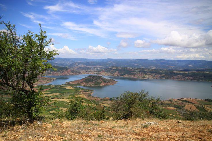 Du haut du cirque de Mourèze, vue sur le lac du Salagou