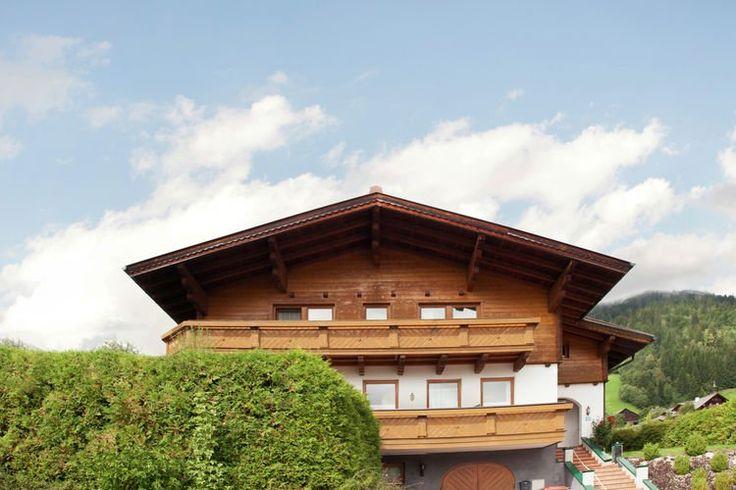 Maurer  Aan de rand van Flachau in het dorpsdeel Reitdorf is chalet Maurer gelegen Een groot vrijstaand chalet voor maar liefst 20 personen dat u geheel alleen bewoont met uitzondering van een gedeelte in het soutterain Flachau behoort tot de Salzburger Sportwelt Amade en is met maar liefst 345 km het grootste skigebied van Oostenrijk Het huis 2mo m2 is verdeeld over twee etages en is zeer ruim van opzet Zo beschikt u maar liefst over zeven slaapkamers en vier aparte badkamers Ook de grote…