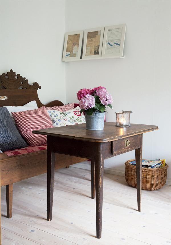 Maalaisromantiikka pitää pintansa. Ruudut, kukat ja talonpoikaishuonekalut sopivat kodikkaaseen tyyliin. | Sinisellä terästetty | Koti ja keittiö