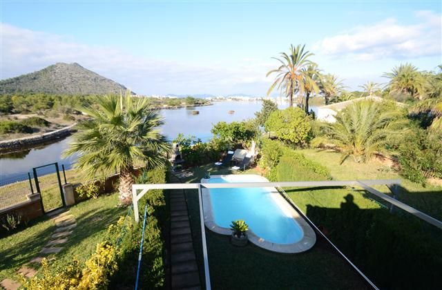 Holiday Villa Rental, Lago Esperanza Lake with beach/lake nearby and internet access Mum likes this one.