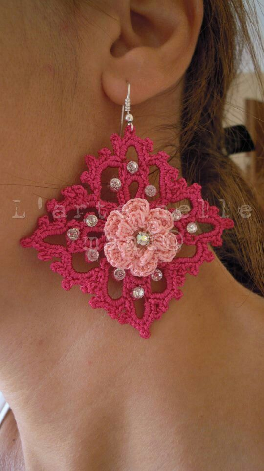 Orecchini crochet XL in fil di seta con rosa d'Irlanda centrale e swarovsky