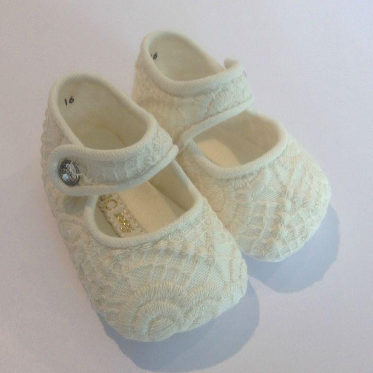 SCARPINE LIU JO BABY,  #Scarpe da #neonata di Liu Jo #Baby con tomaia e suola in cotone colore ecrù, sovrapposizione in pizzo di cotone macramè, chiusura laterale con bottone a pressione, stampa Liu Jo sulla suola. #Calzature #bimba http://www.abbigliamento-bambini.eu/compra/scarpine-liu-jo-baby-2973539