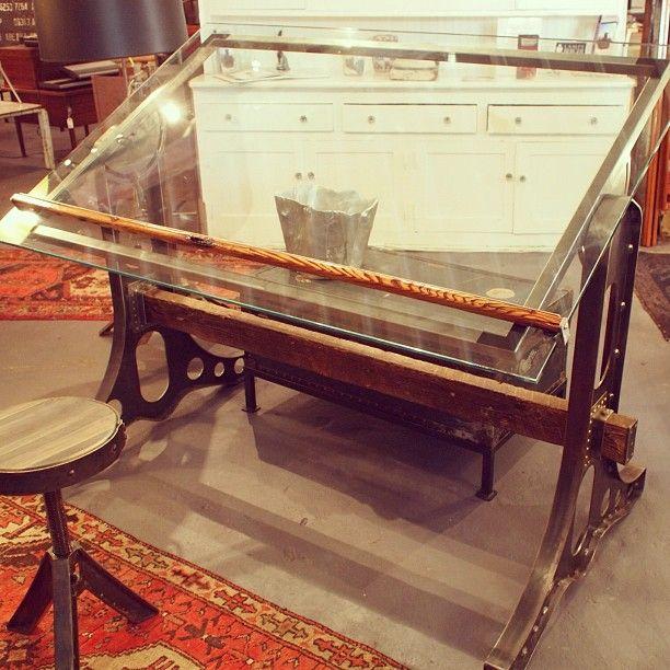 Mesa de desenho estilo industrial com tampo de vidro
