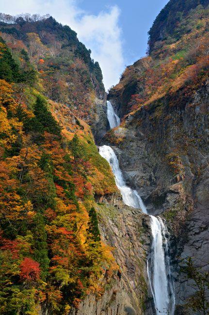 富山県立山町の称名滝(2015年10月20日、寺脇毅撮影)。例年の見頃は10月下旬~11月上旬