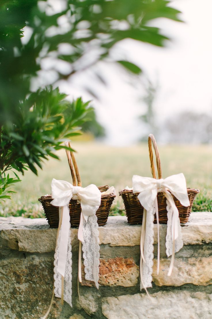 Flower girl baskets with ribbon and lace. Photography: Mint Photography - mymintphotography.com
