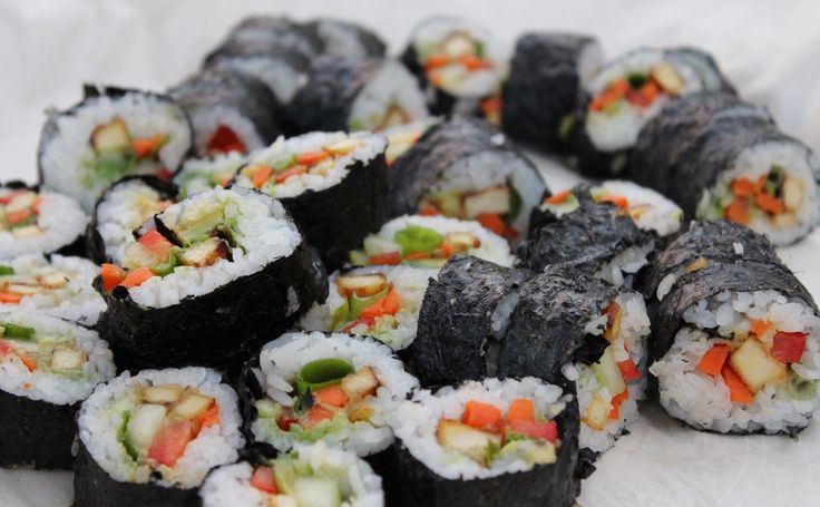 Sushi aux légumes et tofu frit Tofu mariné frit Légumes : poivrons, carottes marinées, concombres, échalottes, avocats Feuille d'algues nori Riz à sushi (Rincer le riz et cuire 2 tasses de ri…