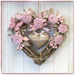 Cuore/fiocco nascita in vimini tinta naturale con roselline e farfalla rosa , cuore di lino ecrù e pizzo