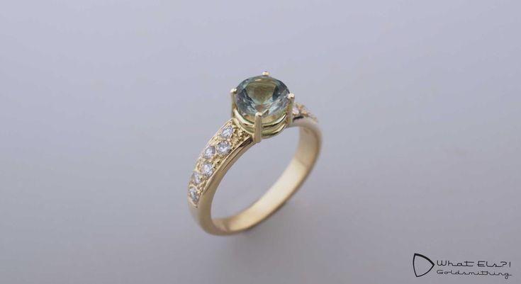 Gouden ring met toermalijn en diamant, gemaakt van de oude trouwringen van haar ouders. Een heel erg speciaal en persoonlijk sieraad.