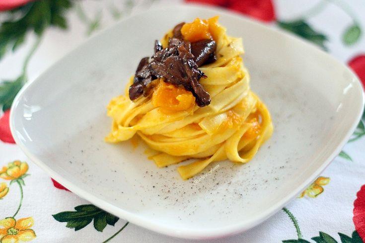 Tagliatelle+con+crema+di+zucca+e+porcini+secchi,+ricetta+primi+piatti