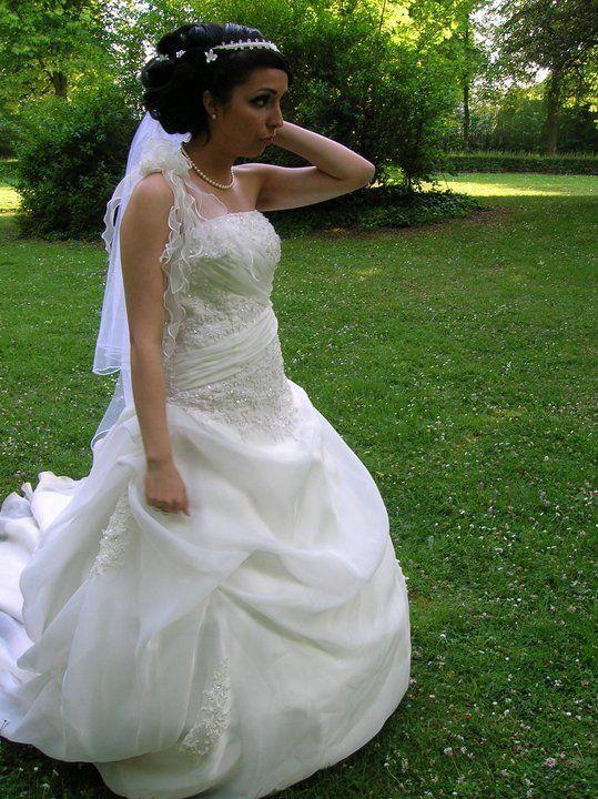 et ajustements de la robe de mariée par la couturière de ...