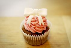 Bow Cupcake Tutorial | Katiecakes