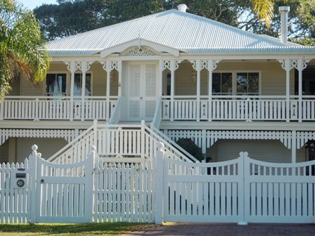 Google Image Result for http://www.renovateforum.com/attachments/f207/92063d1344907118-queenslander-colours-180711-house-traditional.jpg