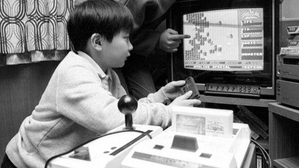 「復活の呪文」という文字列。ここには、DNAよろしくさまざまな情報が含まれている。プレイヤーの名前や所有しているアイテム、体力などの各種パラメーターなど、プレイヤーにとってゲーム継続に必要な情報すべて、である。  しかし、ゲーム通の間ではすでに知られていることだが、この組み合わせのアルゴリズムはすでに解析されあちこちで公開されている。