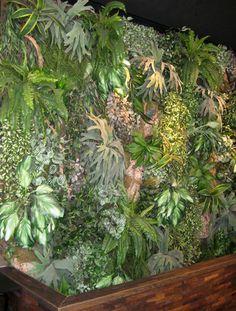 Jardín vertical artificial | foto: DecoracionDe-INTERIORES.com • Vertical green wall at Rituals, Spain