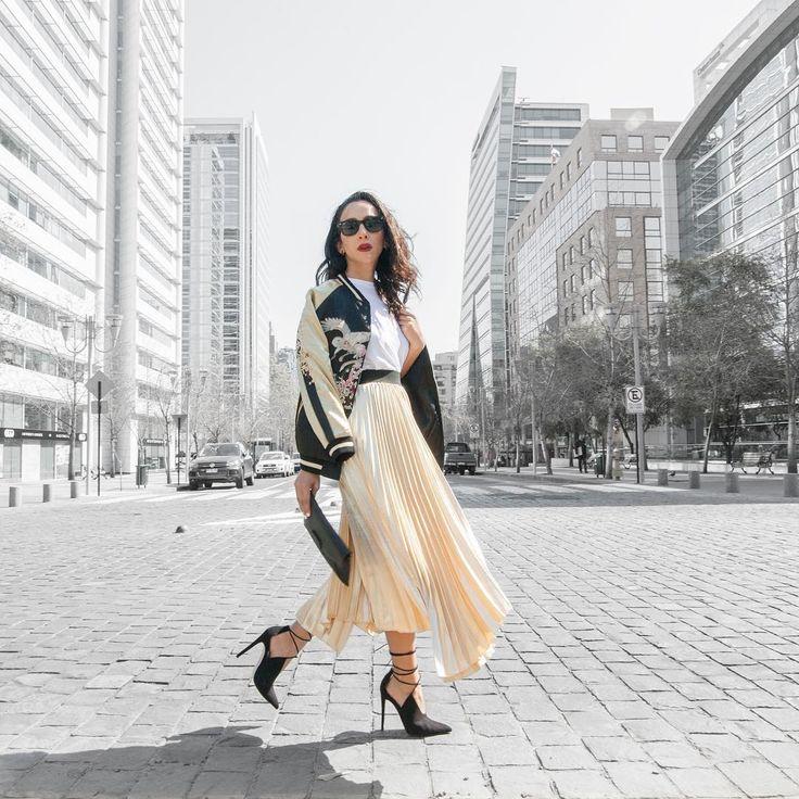 Deportiva, elegante y muy chic ✔️un look de Maria Ignacia Carrasco , quién complementa el nude con el negro 💥 #modachile #fashionblog #difundimosmoda
