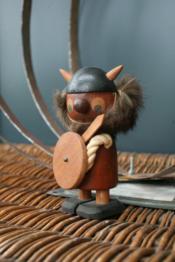 Mid Century Viking Teak beeldje / Deense Denemarken Scandinavische / Bojesen Bolling tijdperk van de jaren 1960 hout Doll soldaat handgemaakte Collectible door aWorldOfThings op Etsy https://www.etsy.com/nl/listing/400775223/mid-century-viking-teak-beeldje-deense