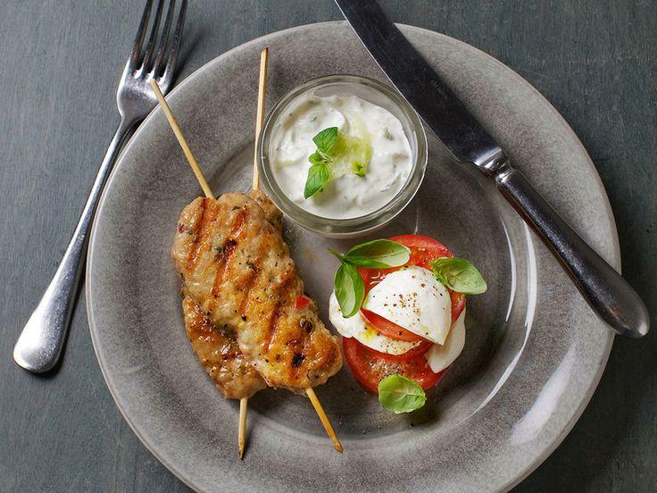 Kyllingkebab med tomatsalat og kesamtzatziki - Sunn og næringsrik helgekos! Bruk friske urter og smaksrike plommetomater så blir denne retten kjempegod! Kan også serveres som en del av et større tapasfat.