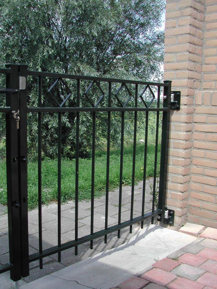 Looppoorten Assumburg (1). Looppoort, poort van metaal maatwerk. De poort is vaak een aanvulling op het sierhekwerk in de voortuin, tuin.