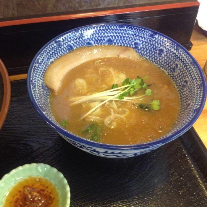麺屋 頂 中川會の『濃厚魚介鶏つけめん』のスープ