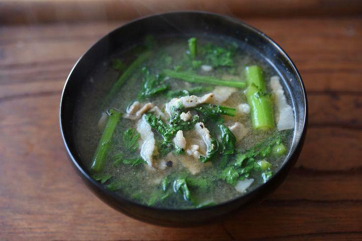 いちばん丁寧な和食レシピサイト、白ごはん.comの『春菊の豚汁の作り方』を紹介しているレシピページです。香りの強い春菊に、ほんの少しの豚肉を合わせて、食べやすくコクのある豚汁に仕上げます。粗びき黒こしょうが味を引き締めてくれるので、おすすめです!