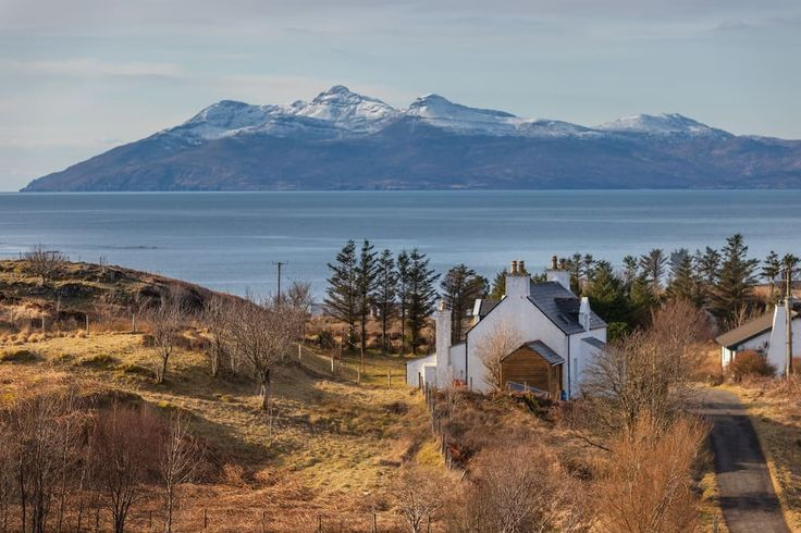 Bed & Breakfast in Tarskavaig, Vereinigtes Königreich. Burnbank is close to a beautiful bay and mountains. The peace  and natural beauty of Tarskavaig is good for couples and adventurers who enjoy 'getting away from it all' and exploring the natural environment, just 8 miles from the Skye ferry port. ...