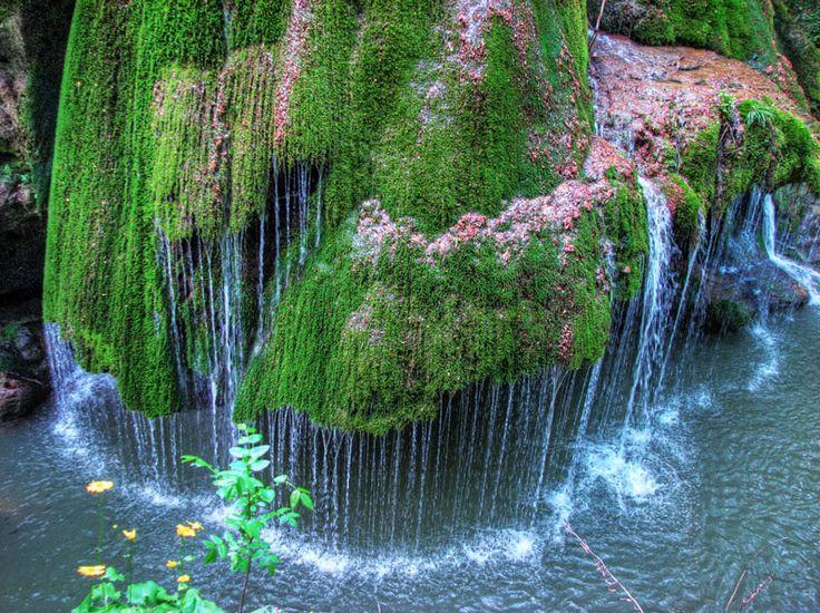 Cascada Bigăr, una dintre cele mai frumoase din România, se află în județul Caraș-Severin, între localitățile Anina și Bozovici, pe Cheile Minișului
