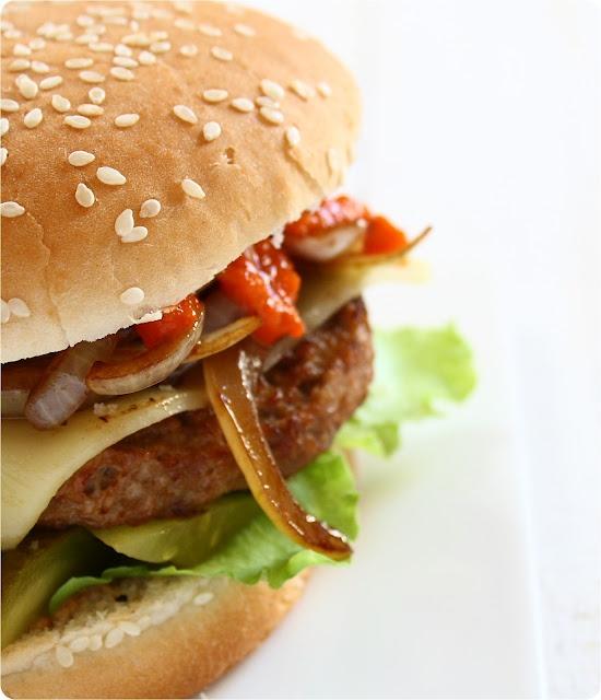 vegetarischer Burger mit Ajvar und Balsamico-Zwiebeln