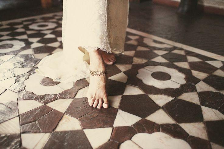 Μικρά βήματα προς την αιώνια αγάπη...Ένα καλλιτεχνικό προσκλητήριο γάμου με γραμμικό ηλιοτρόπιο. Τόσο γήινο, τόσο αληθινό http://www.lovetale.gr/lg-1073.html