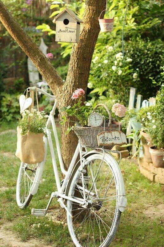 décoration du jardin pour la réception, une bicyclette aux allures vintage parfait pour le thème bohème