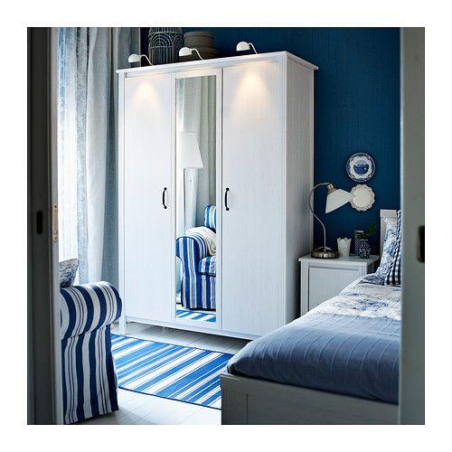 BRUSALI Trojdverová skriňa IKEA Vďaka zrkadlovým dverám ušetríte priestor, pretože si nemusíte zadovážiť samostatné zrkadlo.