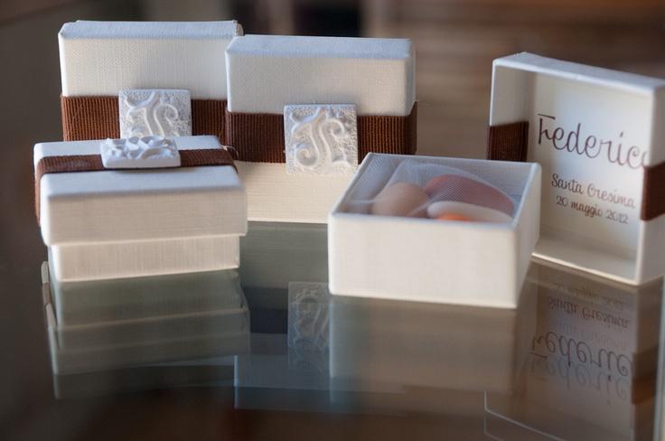 scatole in carta telata con decorazione in canetè e gesso profumato