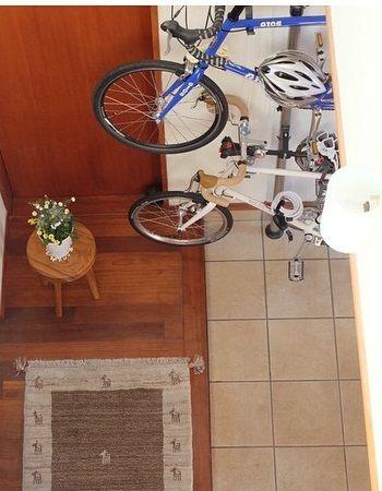 大切な自転車は、玄関にみせる収納にしてしまうのも手。 盗難の心配もなく、汚れもかぶらず安心です。  また、趣味のアイテムを来客時に紹介することもできます。  玄関に置くと、多少の砂などが落ちても掃除しやすいです。 自転車を使いやすく収納できるアイテムを探してみましょう。