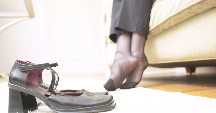 Como proteger o calcanhar dos sapatos enquanto dirige. A compreensão de como proteger os calcanhares dos seus sapatos enquanto dirige pode ajudar a prevenir arranhões e desgastes em seu caro calçado. Existem produtos disponíveis para tal proteção ou é possível investir em um par de sapatos baratos para serem mantidos no carro apenas para esse propósito. Com um pouco de preparo é possível manter seus ...
